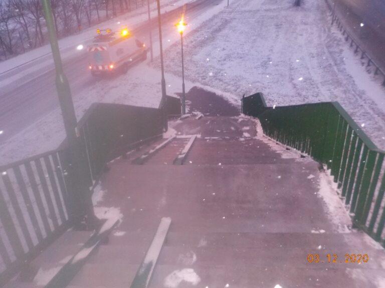 Zimowe utrzymanie kładki w Marianowie